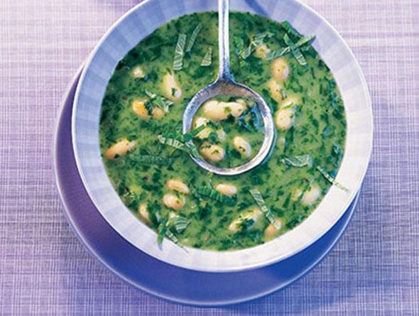 Spinatsuppe in einem tiefen Teller