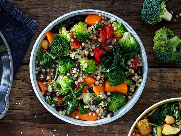 Brokkoli, Buchweiten und weiteres Gemüse in Schüssel