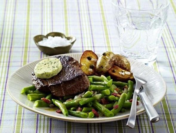 Steak mit Bohnen auf einem Teller