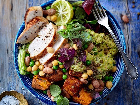 Zubereitetes Hähnchen mit Salat von oben