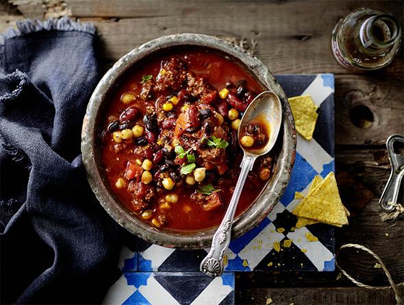 Suppe mit Löffel von oben
