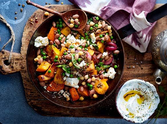 Kürbisstückchen mit Gemüse in einer Pfanne