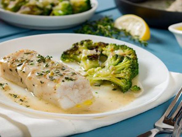 zubereiteter Broccoli mit Fisch