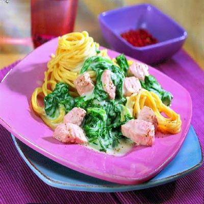 Spaghetti mit Lachs und Blattspinat
