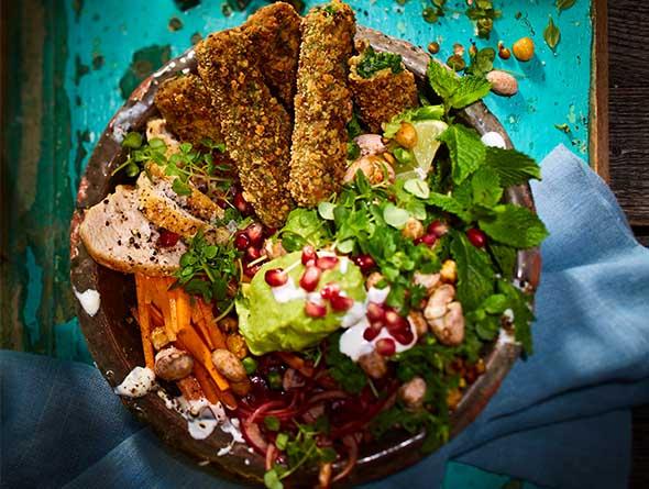 Bowl mit BLUBB Sticks, Hähnchen, Granatapfelkernen und verschiedenem Gemüse