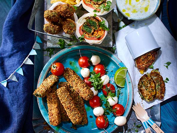 Verschiedene vegetarische Snacks auf Tellern angerichtet