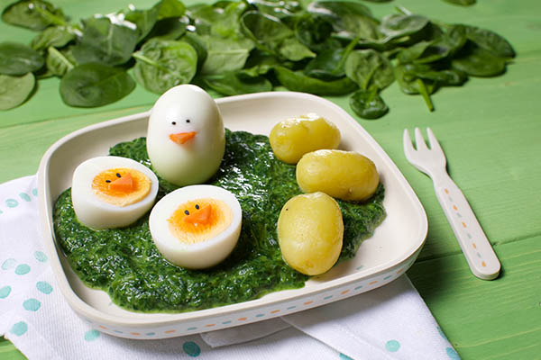 Spinat mit Ei und Kartoffeln verspielt angerichtet