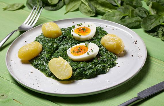 Spinat mit Ei und Kartoffeln angerichtet