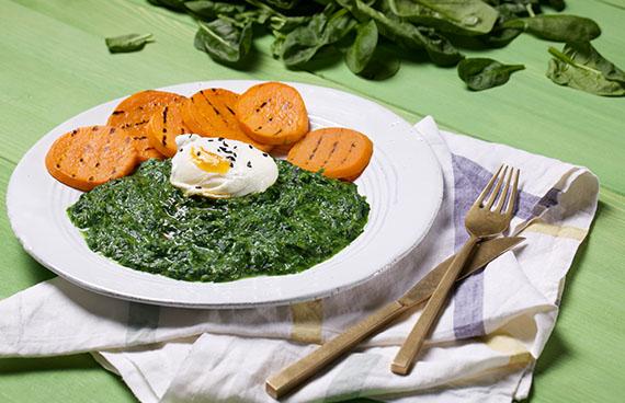 Spinat mit Ei und Süßkartoffeln angerichtet