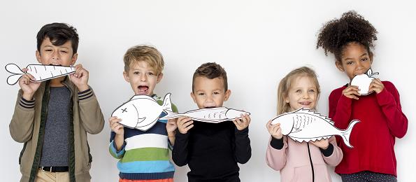 Kinderen met vis en groenten