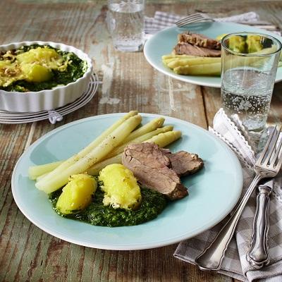 Gratin van aardappelen en spinazie met asperges en varkensfilet