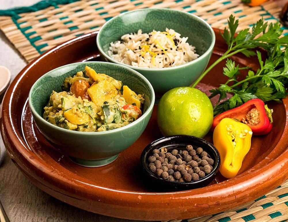 Caril de bulgur, curgete e grão com arroz basmati