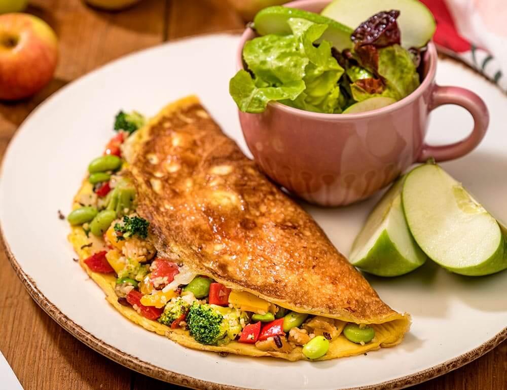 Crepe lowcarb com recheio de couscous e edamame com salada de alface e maçã verde