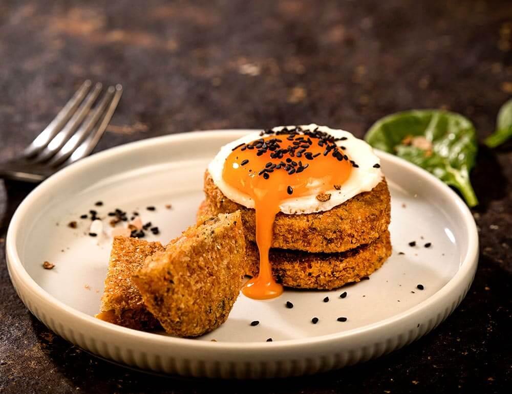 Ovo estrelado com Mini Burgers de batata doce e quinoa