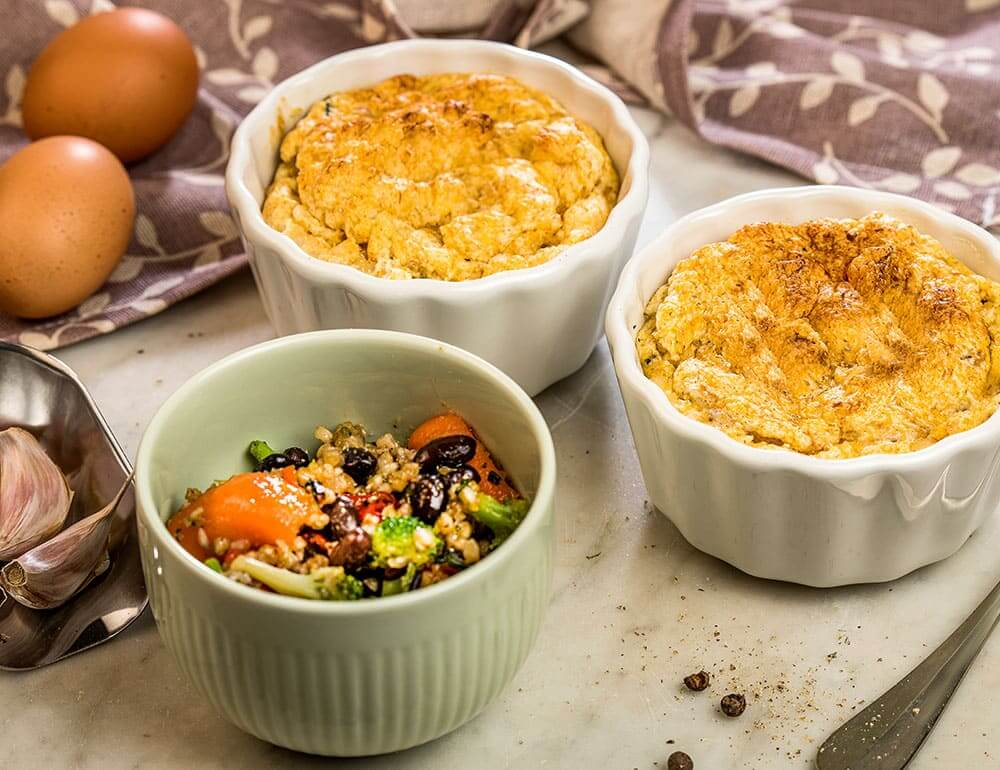 Souflé de pescada com Veggie Bowl de trigo sarraceno, brócolos e feijão caramelizados