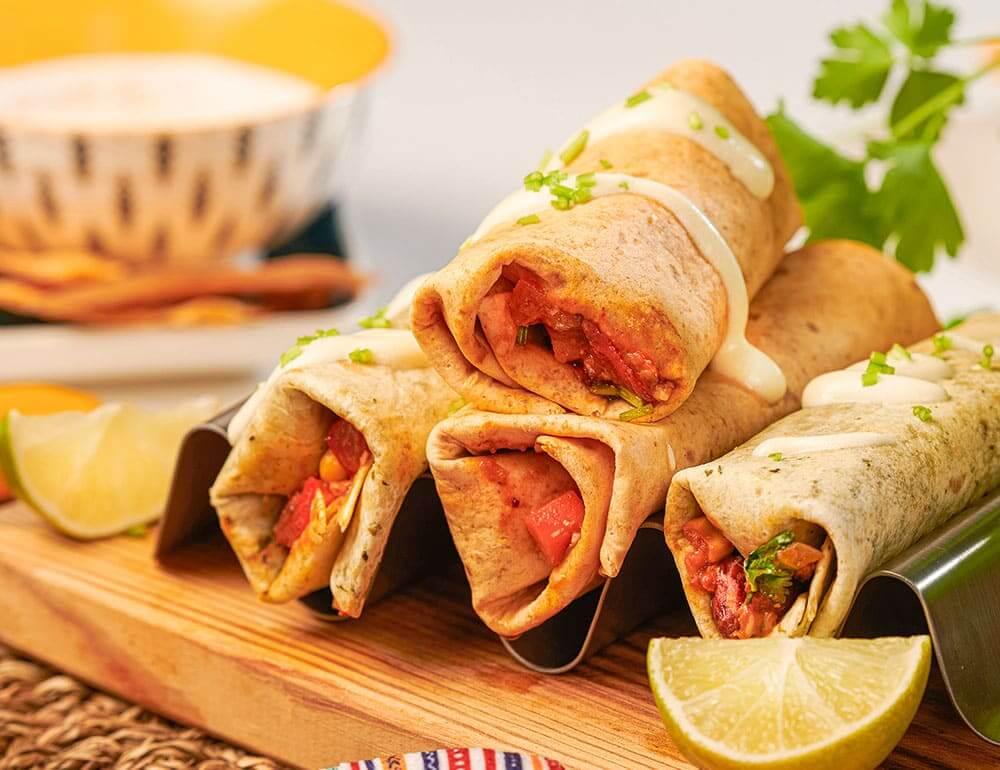 Tacos com Chili (sem carne) alface e cenoura ralada e molho de queijo e ervas
