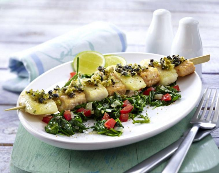 gourmetspiesse mit oliven parmesankruste und blatt spinat