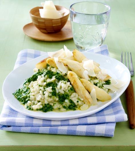 Spinat-Risotto mit gebratenem Spargel und Parmesanhobeln