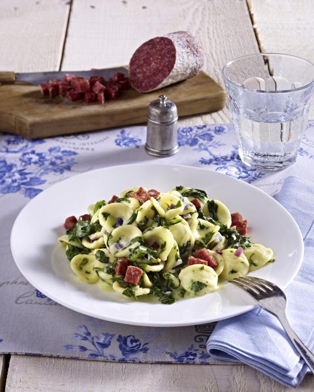 pasta mit geroesteter salami und spinat