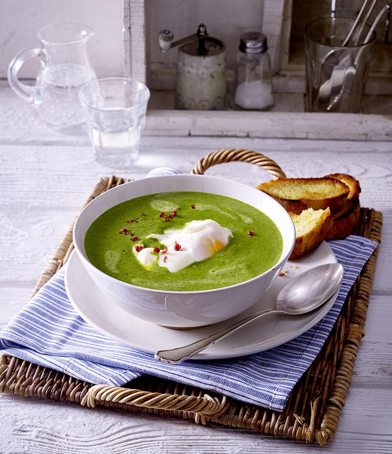 rahm spinat suppe mit pochiertem ei