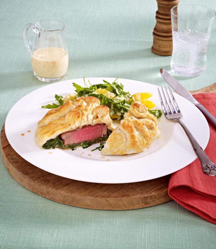 rinderfilet im blaetterteig spinatmantel mit gorgonzola auf rucolasalat