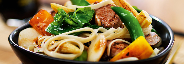 Skål med wokade grönsaker, nudlar och kött