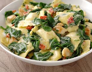 Ravioli met kip en spinazie met mozzarella en tomaat