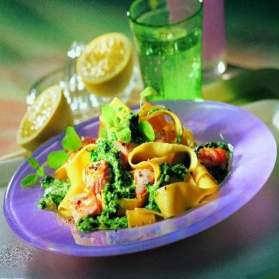Bandnoedels met zalm en spinazie