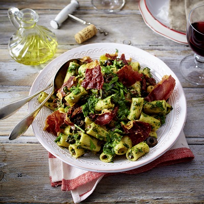 Mediterraanse pastasalade met ham en spinazie