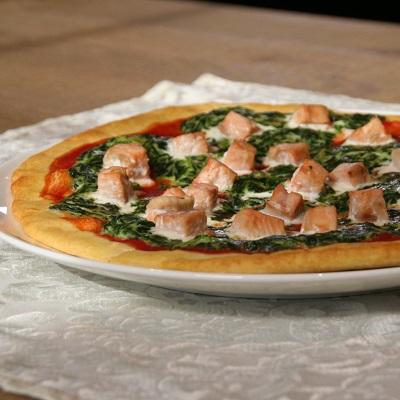 Pizza met spinazie en zalm