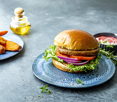 Falafelburger med søtpotetbåter og rødbetehummus