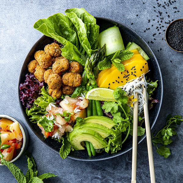 Frisk falafelbowl med mango, avokado, salat, agurk, tomat og ananas- og eplesalsa