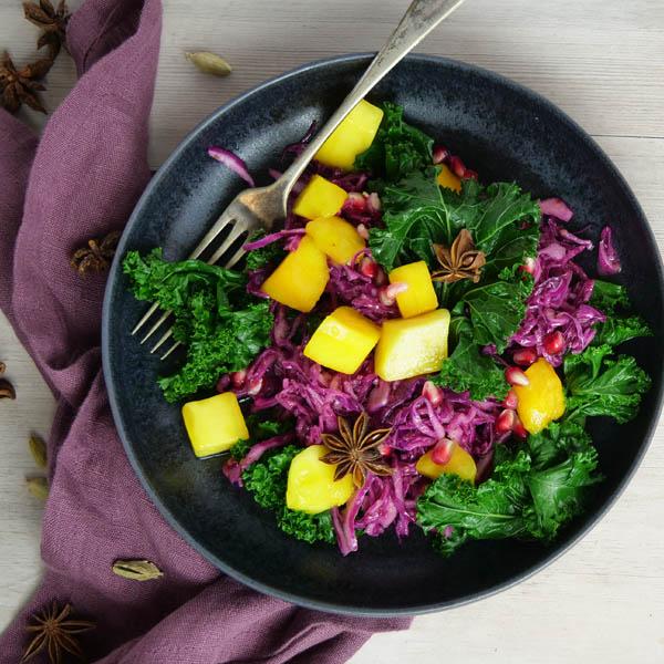 Mangolsalat med grønnkål og rødkål på tallerken