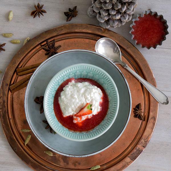 Riskrem med jordbærsaus i skål