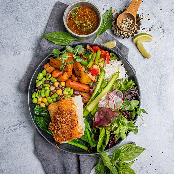 Soyastekt torsk med salat, grønnsaker og bønner