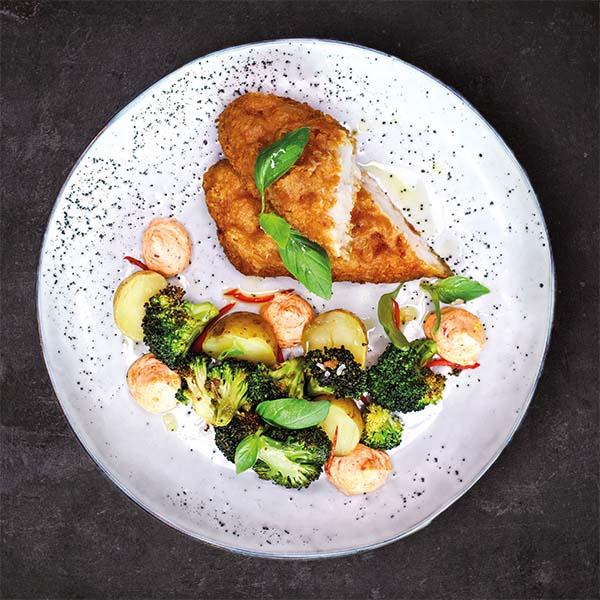 Fish 'n chips anrettet på tallerken med brokkoli, småpoteter og topper med ajvardipp