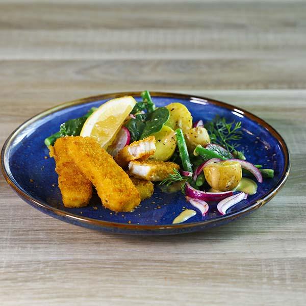 Tallerken lagt opp med fiskepinner og potetsalat av småpotet og aspargesbønner, reddik og rødløk