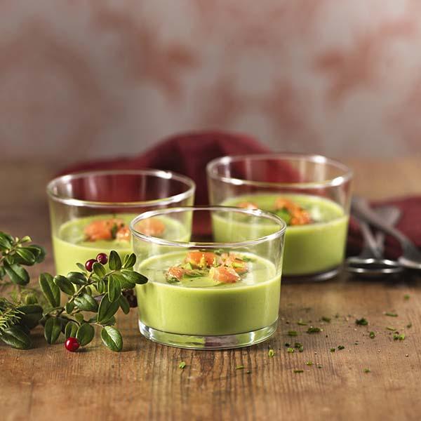 Tre vide glass med grønn ertesuppe med kokosmelk, og røkt laks som garnityr