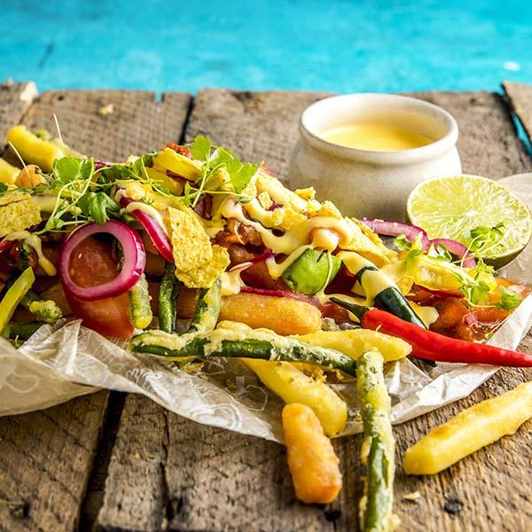 Loaded grønnsaksfries toppet med cheddar, chili, lime og syltet rødløk