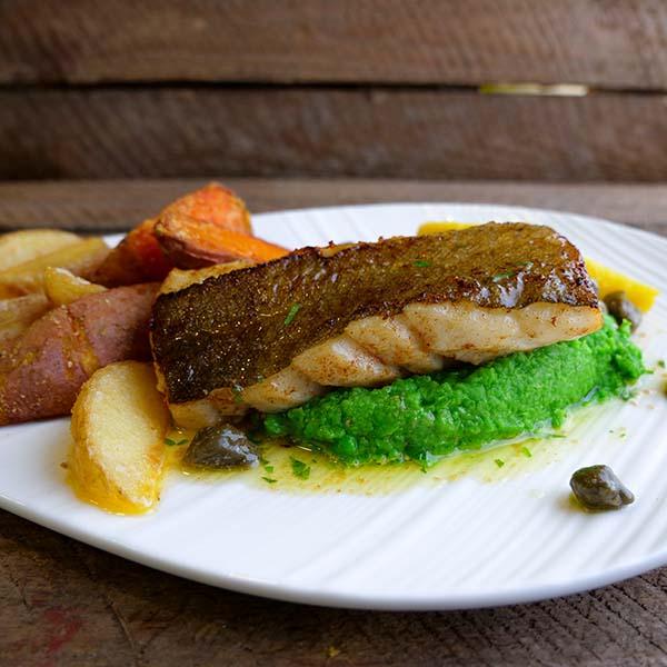 Produktoppskrift: Stekt torskerygg med skinn på seng av ertepure med stekte potetbåter og kaperssmør.