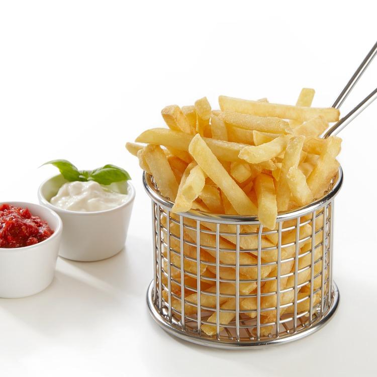 Produktbilde: Steakhouse skinny fries i trådkurv med ketchup og dipp i porsjonsskåler ved siden av.