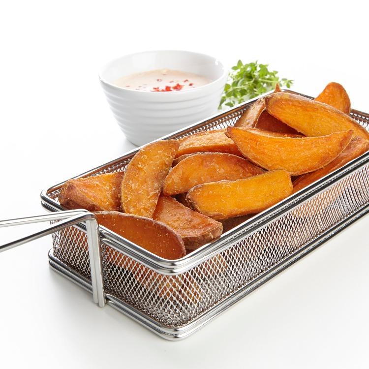 Produktbilde: Søtpotetbåter (sweet potato wedges) i trådkurv, skål med dipp i bakgrunnen.