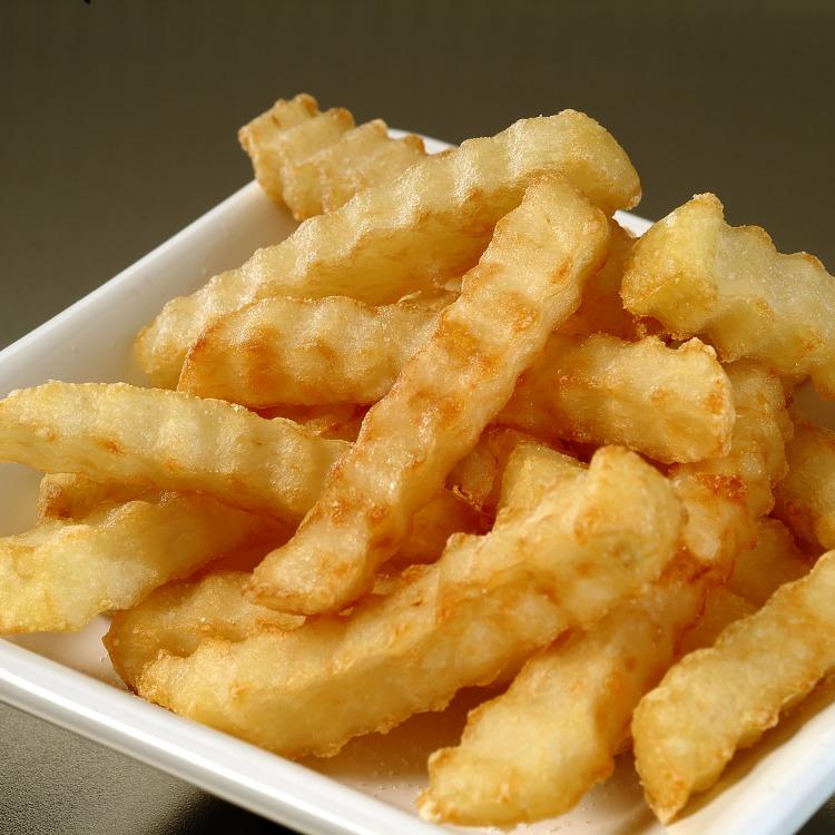 Produkt nærbilde: Pommes Frites riflekuttede i porsjonsskål.