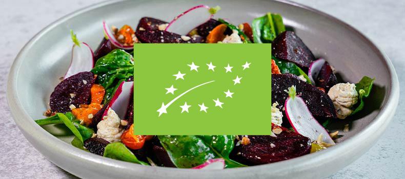 Eko ekologiskt logotyp med en skål med rödbetssallad i bakgrunden