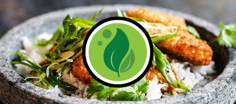 Klimatberäknings logotyp det gröna lövet ovanpå en bild av ett grönt recept med panerat
