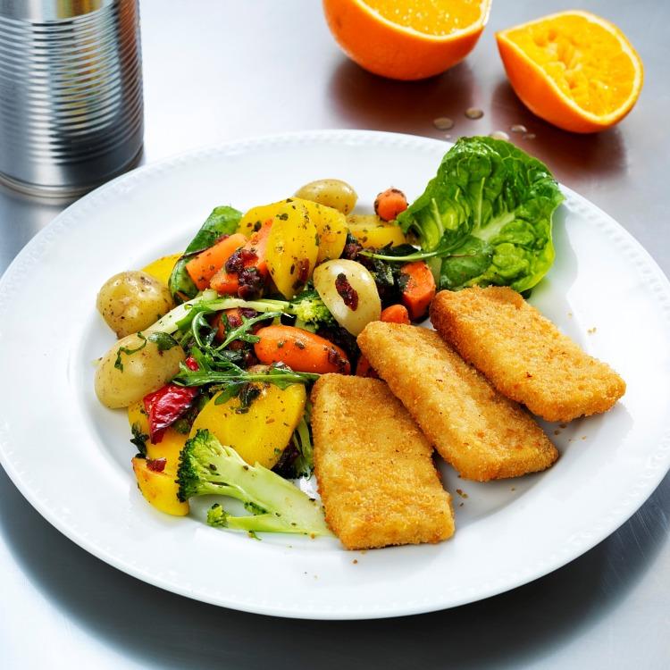 Sejfriletter med sallad och kokt potatis