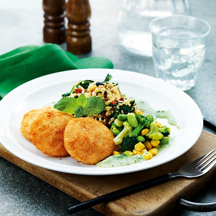 Panerade biffar serverat med en pilaff och grönsaker