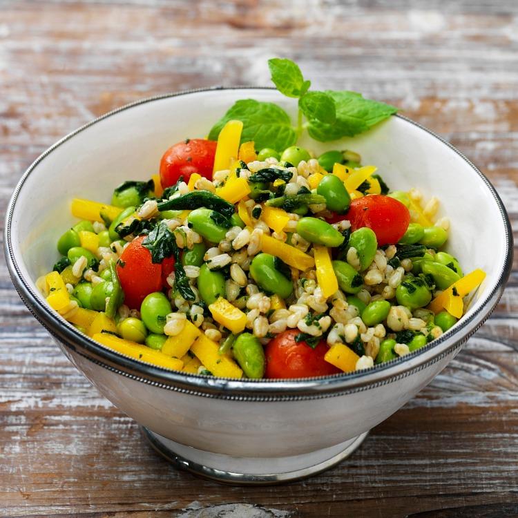 Vegetarisk vetekornspilaff med sojabönor och tomat