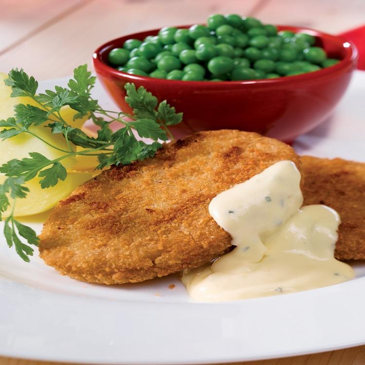Kalkonschnitzel med ärter i en röd skål