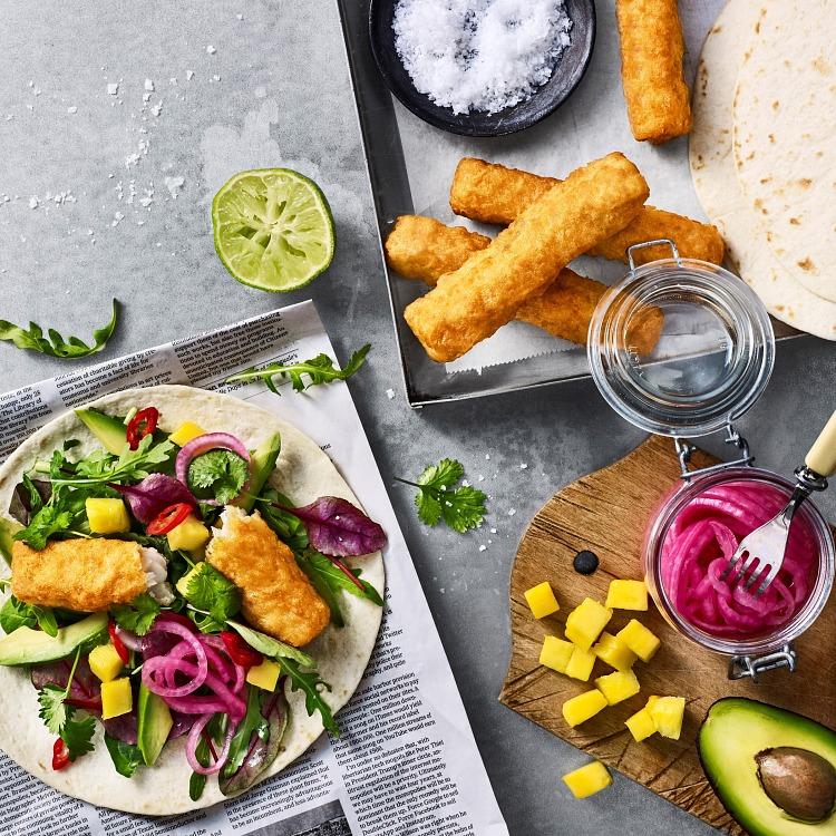 Fish n crisp roll serverad på tacobröd